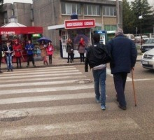 Nikšićki osnovci pomagali starima da pređu ulicu