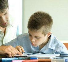 HRA apeluje na Ministarstvo da hitno i trajno obezbijediti asistente u nastavi